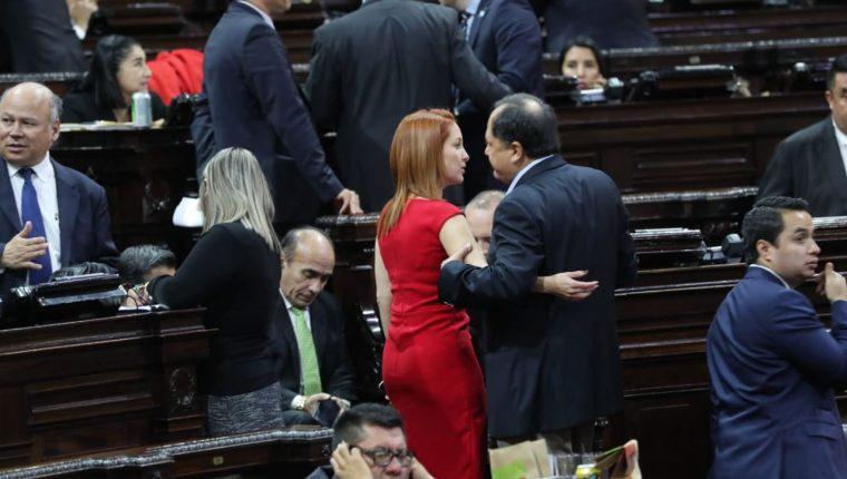 La diputada Alejandra Carrillo junto a otros parlamentarios durante la sesión plenaria. (Foto Prensa Libre: Érick Ávila)