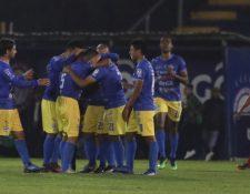 Los jugadores de Cobán Imperial celebran el tanto de Byron Leal frente  Xelajú, (Foto Raúl Juárez)