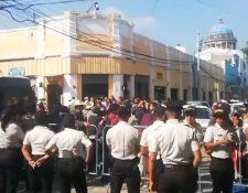 Los diputados no pudieron ingresar al Congreso por  los bloqueos que se generaron este martes a partir de las seis de la mañana. (Foto Prensa Libre)