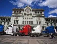 Pilotos parquean sus cabezales frente al Palacio Nacional de la Cultura como medida de protesta. (Foto Prensa Libre: Carlos Hernández)