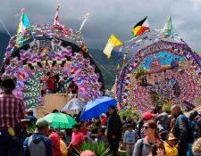 Varias personas visitan los barriletes gigantes, ubicados en Sumpango, Sacatepéquez. Fotografía Prensa Libre: AFP