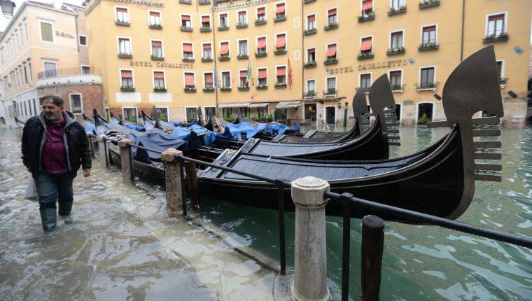 "Venecia se despertó atónita tras una ""Acqua alta"" (marea alta), de excepcional magnitud, que causó importantes daños. (Foto Prensa Libre: EFE)"