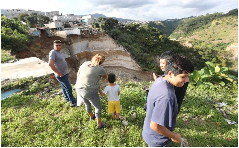 Fuerte dispositivo de seguridad en Peronia causa alarma de vecinos en riesgo por derrumbes