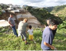 Vecinos de los asentamientos Regalito de Dios y La Esperanza abandonaron sus viviendas debido a los derrumbes.(Foto Prensa Libre: Hemeroteca PL)