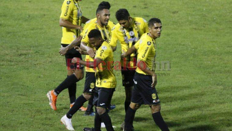 Jugadores del Real España festejan uno de los dos goles contra los Cremas. (Foto tomada de El Heraldo de Honduras)