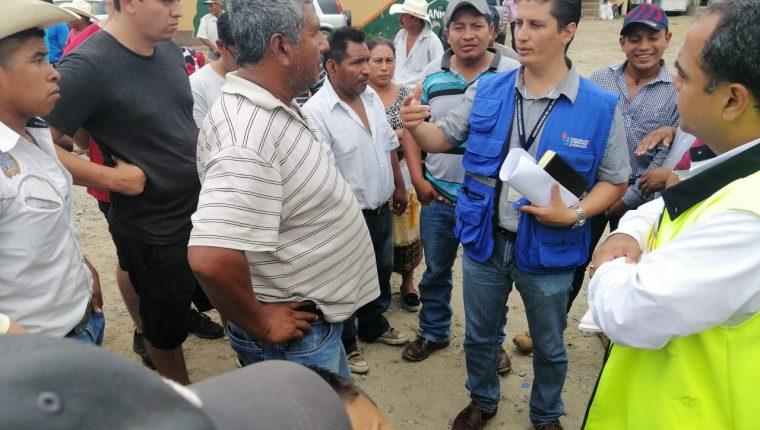 Transportistas y autoridades se reúnen con personal de la PDH para establecer una mesa de diálogo. (Foto Prensa Libre: Dony Stewart)
