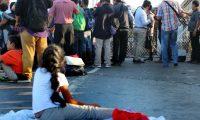 MEX5346. MATAMOROS (MÉXICO), 10/10/2019.- Migrantes centroamericanos esperan a las afueras de la estación fronteriza de Puente Nuevo, este jueves en Matamoros (México). Migrantes bloquean este jueves el Puente Nuevo Internacional de la fronteriza ciudad mexicana de Matamoros con Brownsville, Texas, exigiendo a las autoridades estadounidenses que atiendan sus solicitudes de asilo. EFE/Abraham Pineda Jácome
