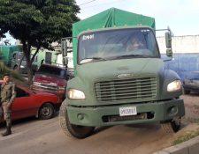 Varios camiones fueron llevados para comenzar el traslado. (Foto Prensa Libre: Andrea Domínguez)