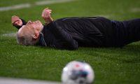 El entrenador Christian Streich luego de ser golpeado por David Abraham. (Foto Prensa Libre: AFP).
