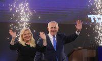 ISR31. TEL AVIV (ISRAEL), 09/04/2019.- El primer ministro de Israel y jefe del partido Likud, Benjamin Netanyahu, celebra con su esposa Sara poco después de que fueran presentadas las previsiones televisivas de las elecciones generales que anuncian un empate entre Netanyahu y Benny Gantz, del partido Blue and White, este martes en Tel Aviv (Israel). EFE/ABIR SULTAN