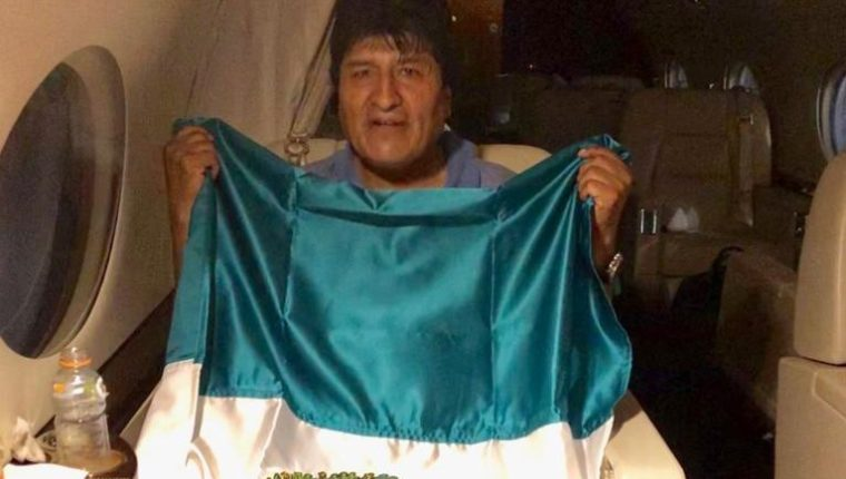 Evo Morales dentro del avión de las fuerzas armadas mexicanas que fue a su encuentro en Bolivia. (Foto Prensa Libra: @m_ebrard)