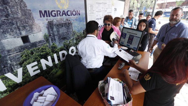 Fallas en el sistema para emitir pasaportes afectó el martes a unas 1 mil 500 personas. (Foto Prensa Libre: Esbin García)