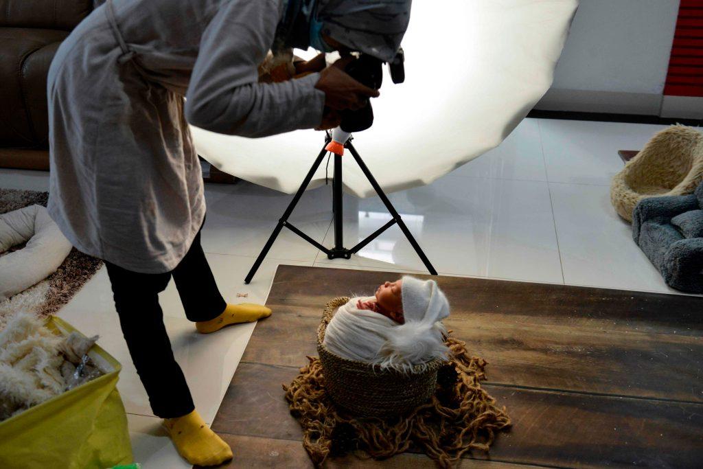 Es fundamental contratar a un profesional para que capture las mejores imágenes del bebé. (Foto Prensa Libre: AFP)