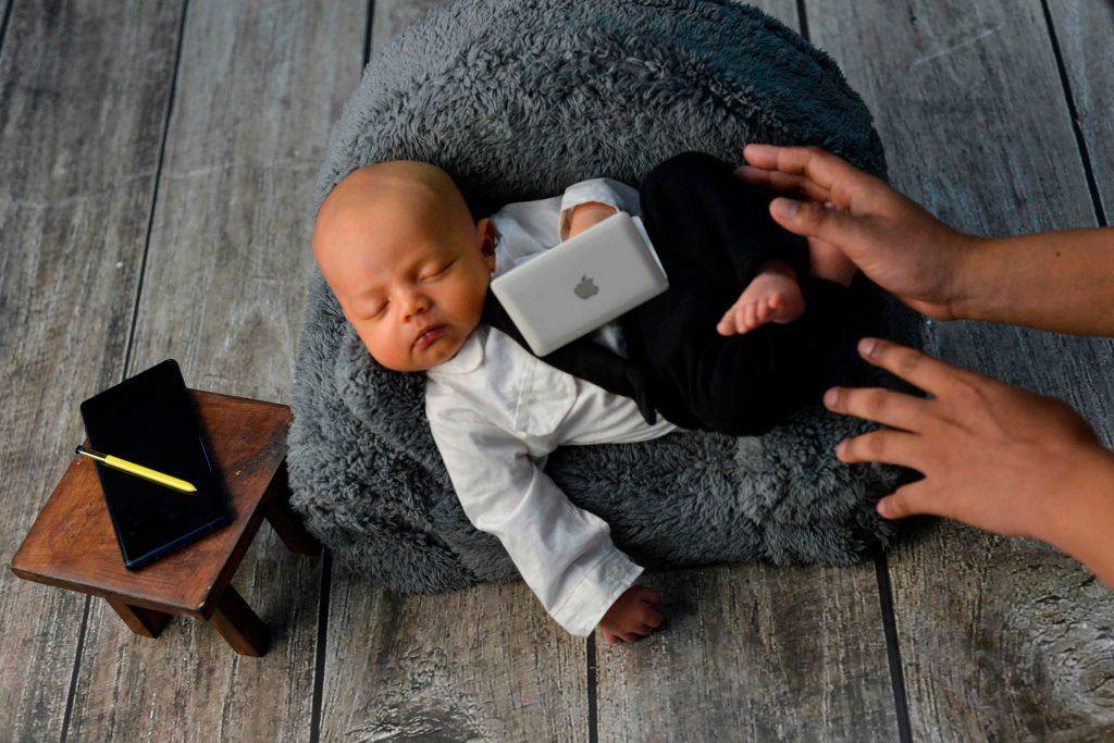 La compañía de los padres es fundamental para apoyar al bebé. (Foto Prensa Libre: AFP)
