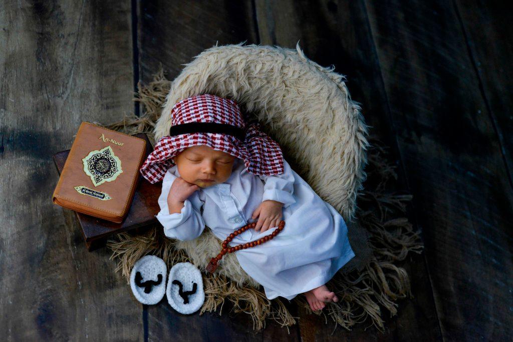 El bebé recién nacido es un ser inmensamente tierno y delicado, por eso es ideal protegerlo durante la sesión fotográfica. (Foto Prensa Libre: AFP)