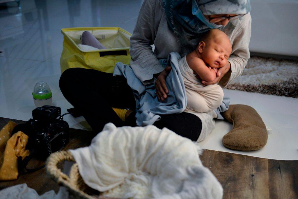 Si va a descubrir al bebé durante la sesión, es recomendable que uno de los padres pose junto a él. (Foto Prensa Libre: AFP)