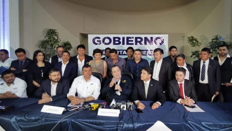 Alejandro Giammattei dio conferencia de prensa junto a los diputados y alcaldes electos del departamento de Guatemala. (Foto Prensa Libre: María Reneé Gaytán)