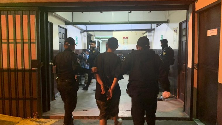 Momento en que Osman Estiven Chajón Curruchic fue trasladado a un juzgado. (Foto Prensa Libre: PNC).