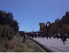 Uno de los bloqueos en Sololá donde los vecinos piden instalar una pasarela. (Foto Prensa Libre: RBCNoticiasGT)