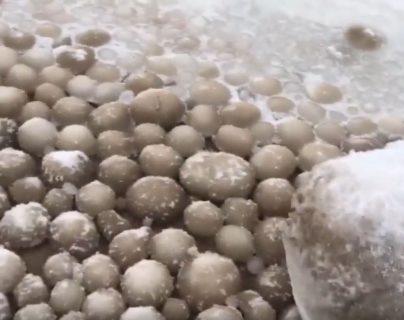 """Un evento meteorológico ha cubierto de """"huevos de hielo"""" una playa de Finlandia, como resultado de un fenómeno climático poco frecuente. (Foto Prensa Libre: Tomada de YouTube)"""