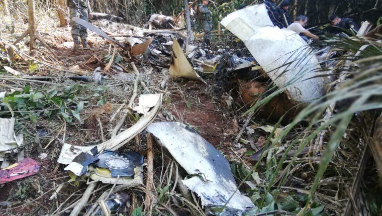 La avioneta cargada con droga se estrelló y quedó consumida por el fuego. (Foto Prensa Libre: Ejército de Guatemala)