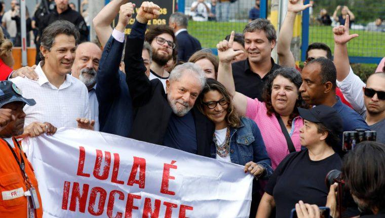 El expresidente de Brasil Luiz Inácio Lula da Silva al salir de prisión. (Foto Prensa Libre: AFP).