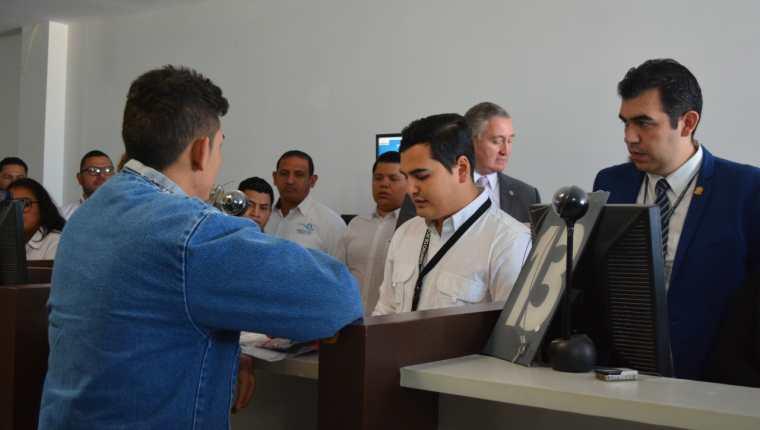 El primer migrante hondureño solicitante de asilo es registrado por personal del Instituto Guatemalteco de Migración. (Foto: IGM)