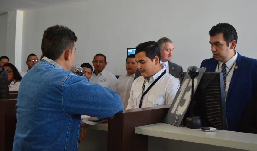 El migrante hondureño solicitante de asilo es registrado por personal del Instituto Guatemalteco de Migración. (Foto: IGM)