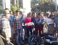 Los manifestantes habían tirado la motocicleta del inconforme que quería pasar. (Foto Prensa Libre: LVdlh)