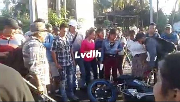 Motorista es agredido al intentar pasar en bloqueo de Suchitepéquez