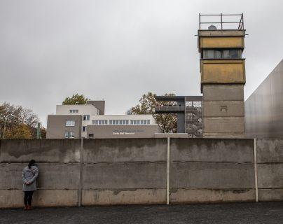 Un visitante mira a través de una abertura en el muro en el sitio del Memorial del Muro de Berlín a lo largo de la calle Bernauer en Berlín, Alemania. (Foto Prensa Libre: EFE)