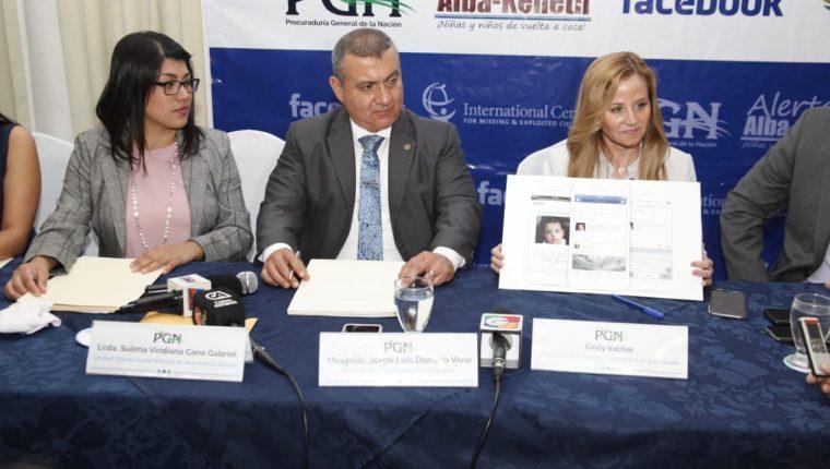 El procurador Jorge Luis Donado firmó la alianza con una representante de Facebook. (Foto Prensa Libre: Noé Medina).