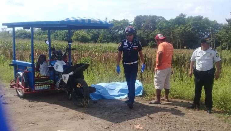 Policía resguarda el lugar donde el mototaxista fue baleado. (Foto Prensa Libre: Whitmer Barrera)