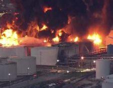 El fuego consumió otro tanques de la planta petroquímica. (Foto Prensa Libre: miamidiario)