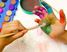 La expresión artística contribuye en gran manera al desarrollo integral de los niños. (Foto Prensa Libre: freepik.es).