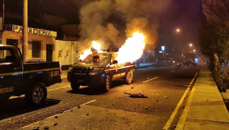 Un autopatrulla, un picop y una moto fueron incendiadas por la turba en la zona 7. (Foto Prensa Libre: Cortesía)