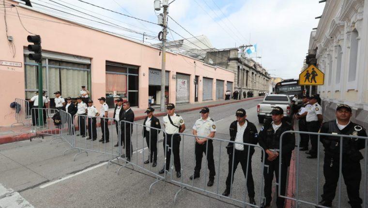 Agentes de PNC resguardan el Congreso. (Foto Prensa Libre: Érick Ávila).