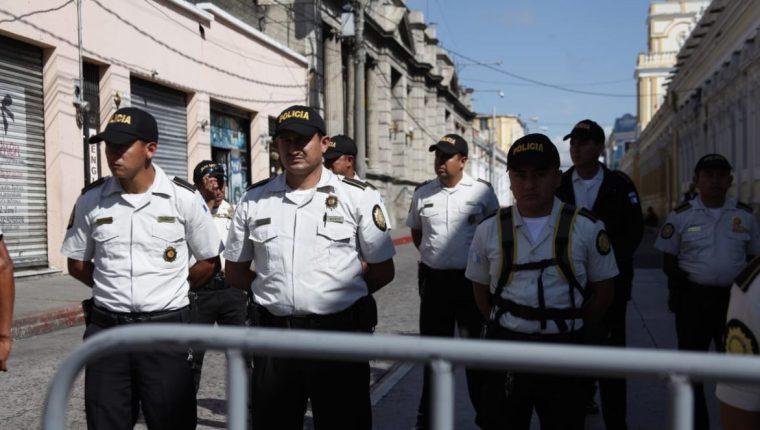 Un fuerte dispositivo de seguridad rodea el Congreso en el marco de varias iniciativas en discusión. (Foto Prensa Libre: Noé Medina)