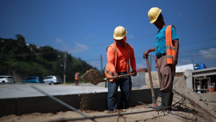 Este fin de semana unos 40 obreros trabajan en la construcción del paso a desnivel que desfogará el tránsito en la calzada La Paz. (Foto Carlos Herández)