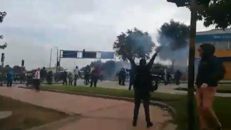 Varios colombianos permanecen en las calles protestando. (Foto Prensa Libre: Jeison Angel)