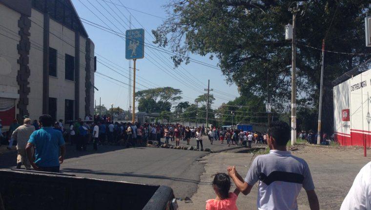 Pobladores manifiestan por falta de energía eléctrica en Malacatán, San Marcos. (Foto Prensa Libre: Alexander Coyoy).