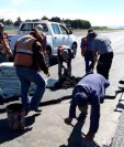 Los técnicos reparan la pista de aterrizaje en el Aeropuerto La Aurora. (Foto Prensa Libre: Aviación Guatemalteca)