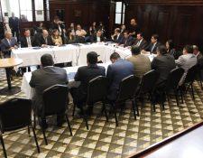Diputados electos se reúnen con congresistas actuales que integran el Frente Parlamentario por la Vida. (Foto Prensa Libre: Noé Medina)