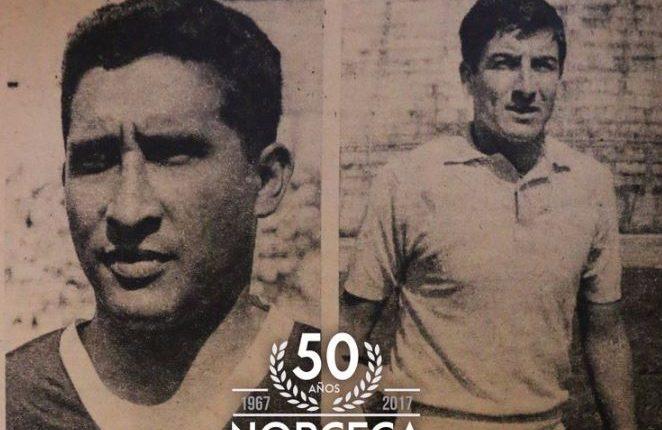 Guayito de León (izq) aparece junto con Roberto Ochoa, en una imagen conmemorativa de la Fedefut. (Foto: Twitter/@fedefut_oficial)