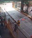Captura de video del momento en que la turba entra a la aduana Tecún Umán Uno.