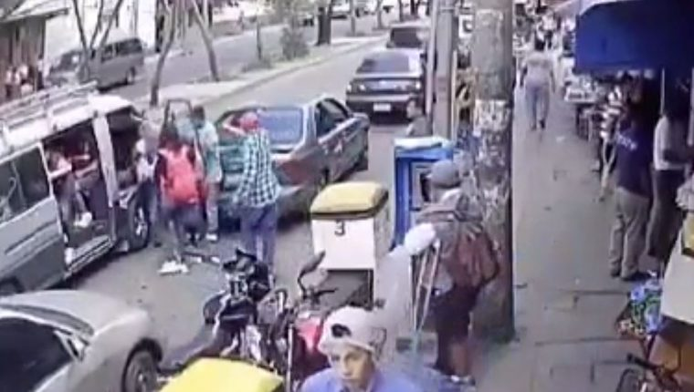 Momento del ataque armado contra el menor en la colonia Paraíso 2, zona 18. (Foto Prensa Libre: Cortesía).