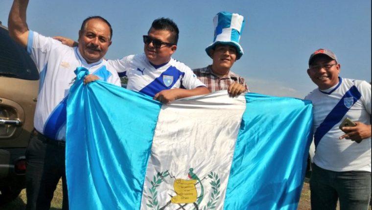 Aficionados de la Selección  de Guatemala disfrutan de la previa el juego contra Antigua y Barbudas. (Foto Prensa Libre: Luis López).