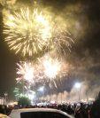 Durante cerca de 20 minutos los quetzaltecos disfrutaron del espectáculo que iluminó el cielo. (Foto Prensa Libre: Raúl Juárez)