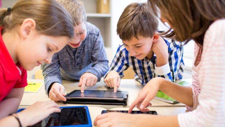Ayude a los niños y niñas a tener una mejor lectura y escritura por medio de aplicaciones en su teléfono. (Foto Prensa Libre: Servicios).