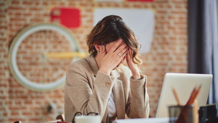 Distintos aspectos del espacio en el trabajo también repercuten en la sensación de ansiedad: sofocamiento, desorden, poca ventilación, oscuridad, entre otras. (Foto Prensa Libre: Servicios)
